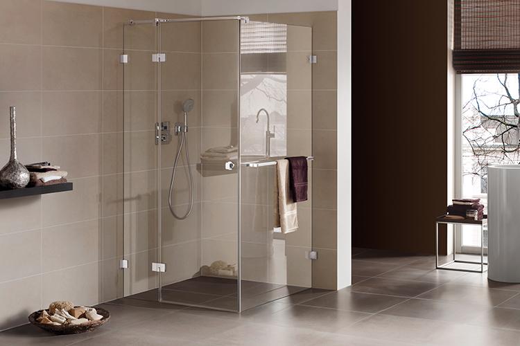 Badezimmer mit verglaster Dusche